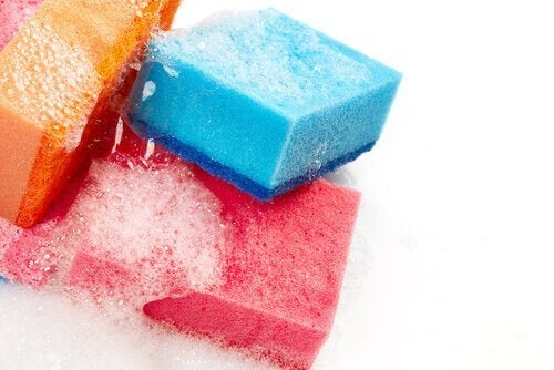 Limpeza de esponjas com água oxigenada