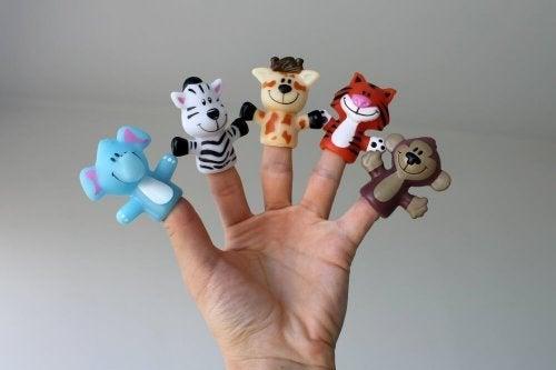 4 brinquedos com papelão e papel: animais de dedos