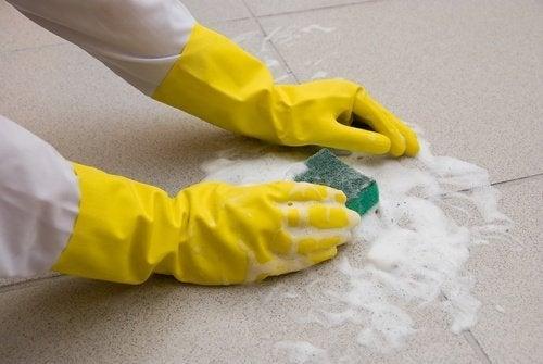 Os produtos para limpar o chão contêm ingredientes tóxicos