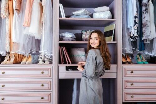 Pode aproveitar o espaço no armário com gavetas