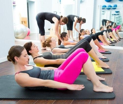 Parar começar a praticar ioga, vá a uma aula