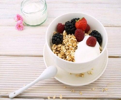 Iogurte desnatado, vantagens de consumi-lo durante a dieta