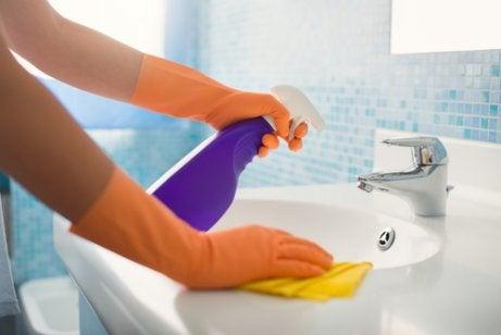 Use bicarbonato de sódio e limão para limpar o banheiro