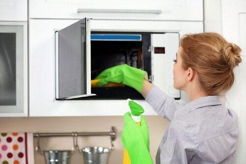 5 truques para limpar e desinfetar o micro-ondas