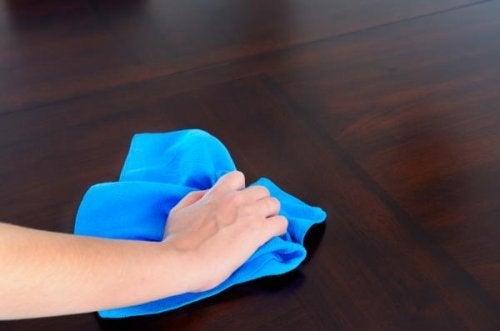 Coisas que não devem faltar no seu kit de limpeza doméstica: panos de microfibra