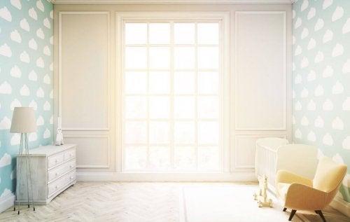 Decoração com cores claras para que a sala pareça maior
