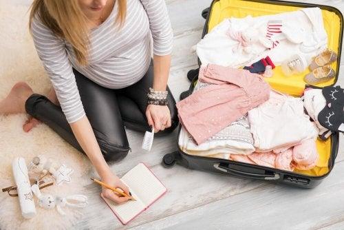 Mulher preparando a mala para o dia do parto