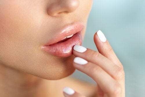 Mulher com lábios volumosos