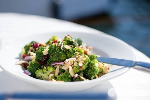 Salada depurativa com molho de tahine