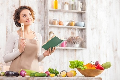 Mulher cozinhando na cozinha aconchegante e com estilo