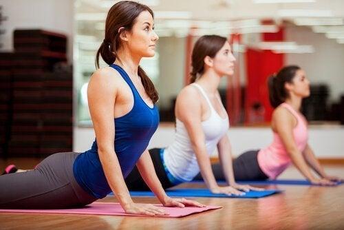 Mulheres praticando ioga