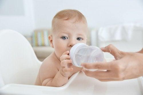 O bebê pode começar a beber água na mamadeira