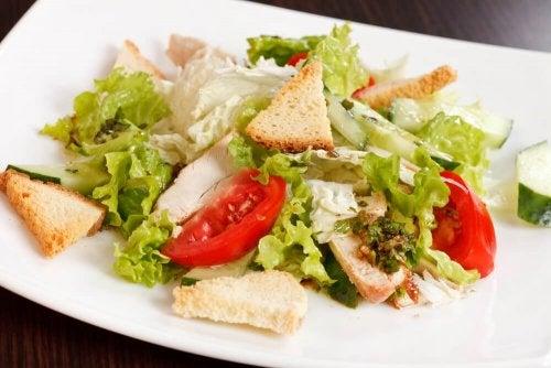 calorias escondidas nas saladas: croutons