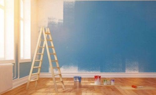 Ideias para decorar um pequeno living: paredes simples