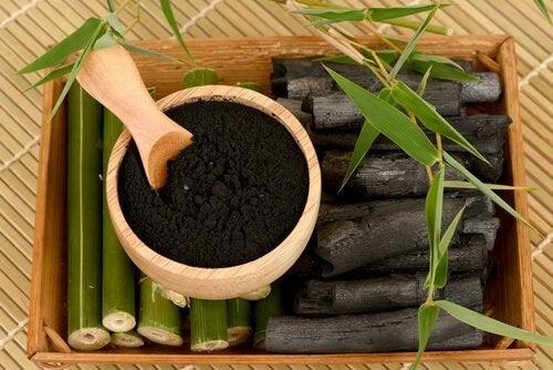 Remédio feito à base de carvão vegetal em pó