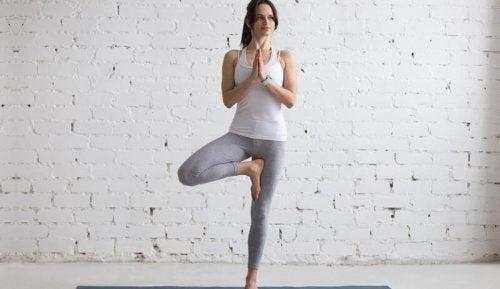 Mulher em postura de ioga
