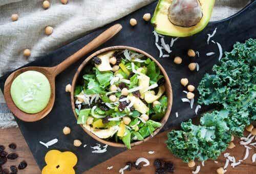 Salada detox com espinafre, frutas e germinados