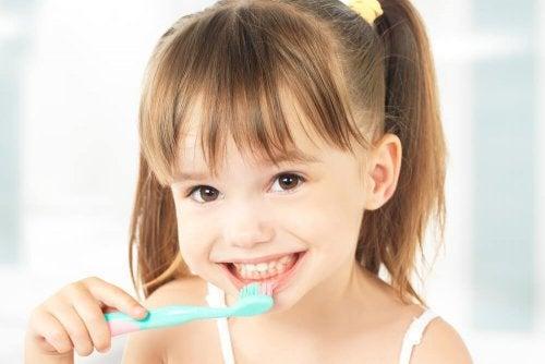 Escovar os dentes os fortalece