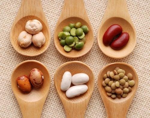 Legumes para as crianças na colher