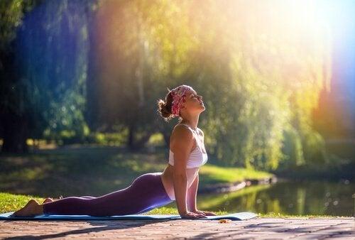 Mulher mantendo a respiração e atenção na ioga