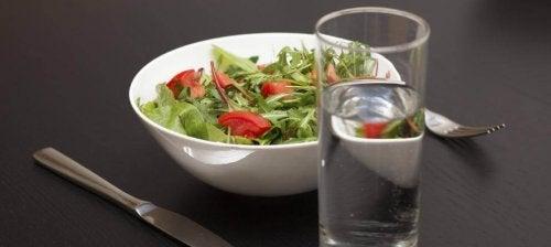 Maneiras de beber mais água: Beba dois copos de água com cada refeição