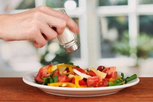 5 benefícios para a saúde de usar pouco sal em sua comida