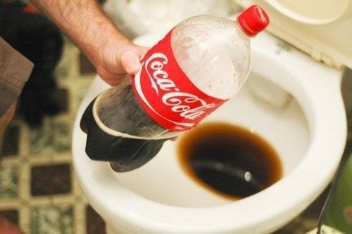 Coca-cola ajuda a deixar o banheiro impecável