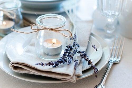 Pode decorar uma mesa com recipientes de vidro