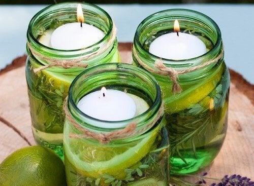Pode decorar uma mesa com velas em potes