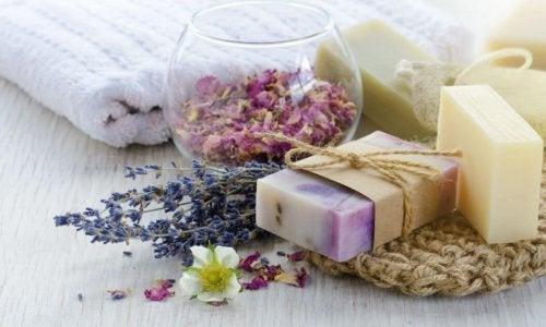 Sabonetes de glicerina com pétalas de flores e essência aromática