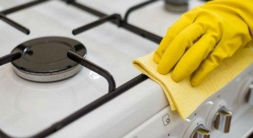 Mulher limpando o fogão de maneira natural