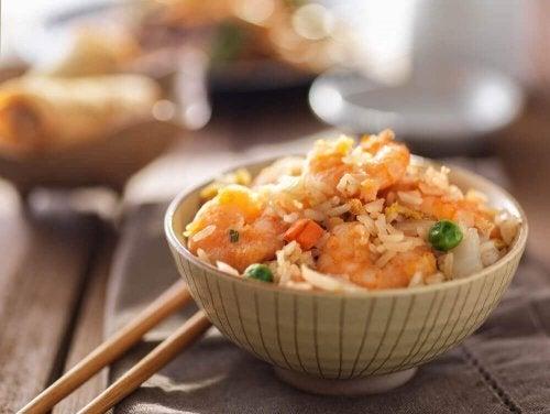 Aprenda a preparar arroz frito com esta receita fácil