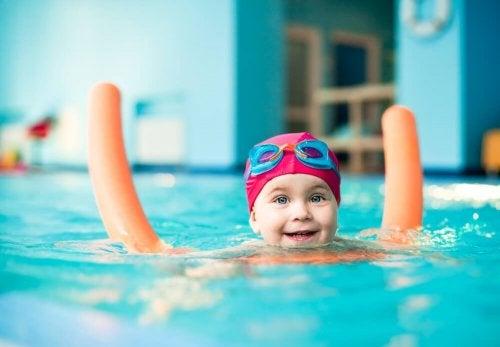 Criança na aula de hidroterapia para bebês