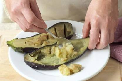 Berinjela recheada com legumes