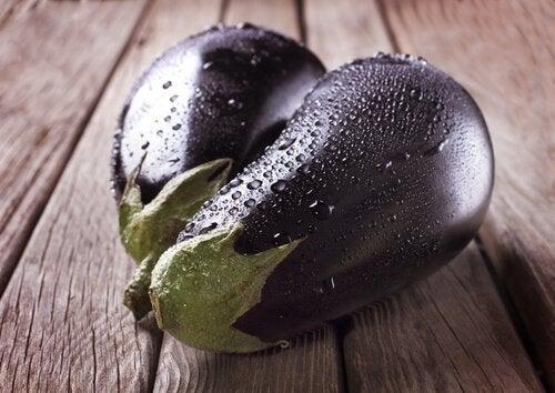 Berinjela recheada com legumes e vinagrete