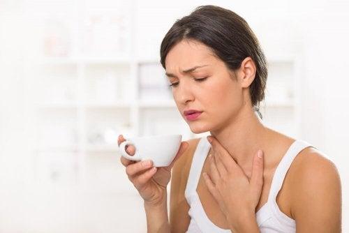 Preparo caseiro de cúrcuma e mel para aliviar a dor de garganta