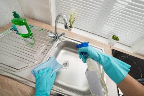 6 maneiras de lavar e desinfetar as pias de sua casa