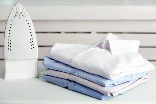 Aprenda a dobrar suas camisas em tempo recorde