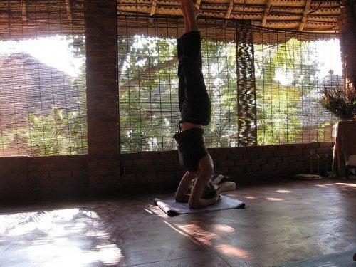 Ao praticar ioga deve ter cuidado com as posturas