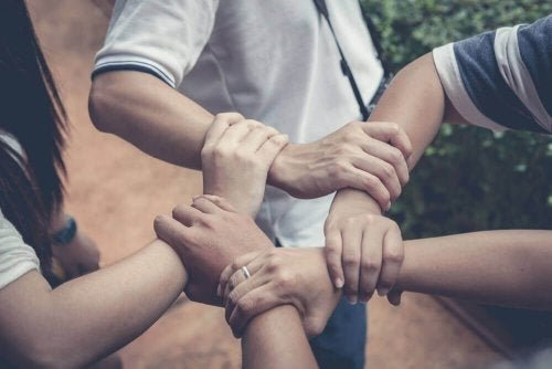 Como ensinar seu filho a ajudar os outros