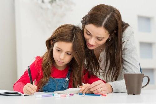 Mãe ajudando filha a enfrentar a fatiga escolar