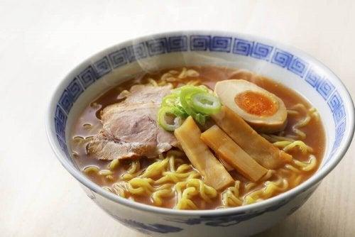 Como preparar sopa Lámen de frango