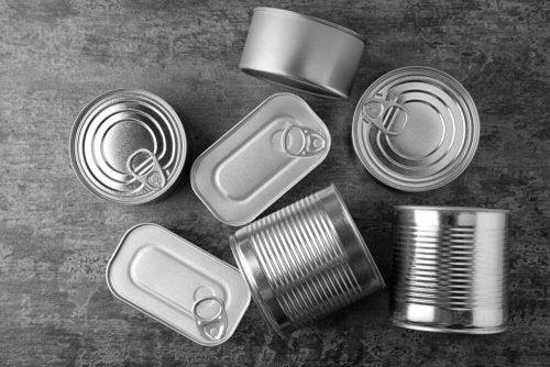 Organizador múltiplo com várias latas recicladas