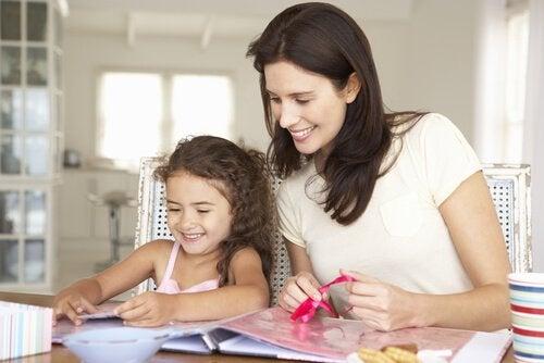 Mãe fazendo porta-retratos com a filha