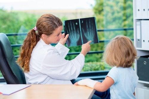 Médica observando o desenvolvimento ósseo da criança