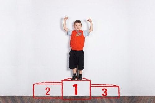 premiar uma criança faz com que o pequeno levante a autoestima