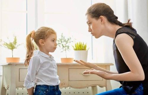 Mãe explica a filha que a mentira infantil pode destruir a confiança