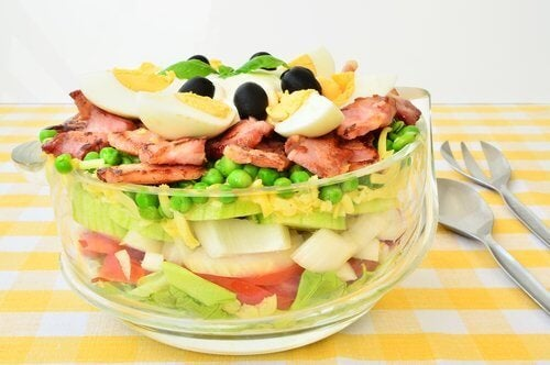 Salada com ovo e legumes