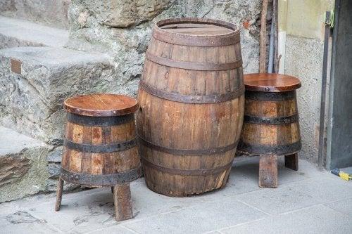 Móveis com material reciclado em forma de barril