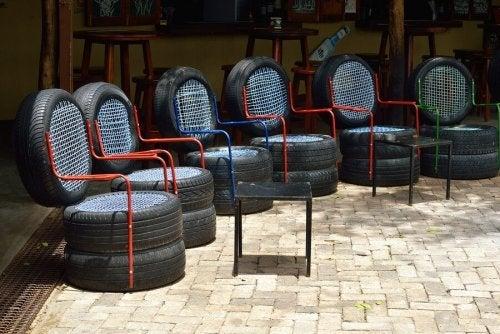 Móveis com material reciclado com pneus